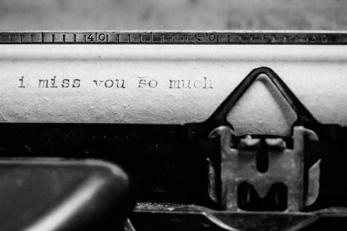 Wörter auf Papier in alter Schreibmaschine