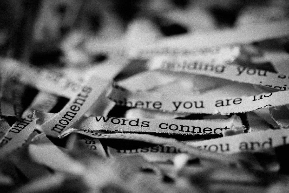 Gedruckte Worte auf Papierschnipseln
