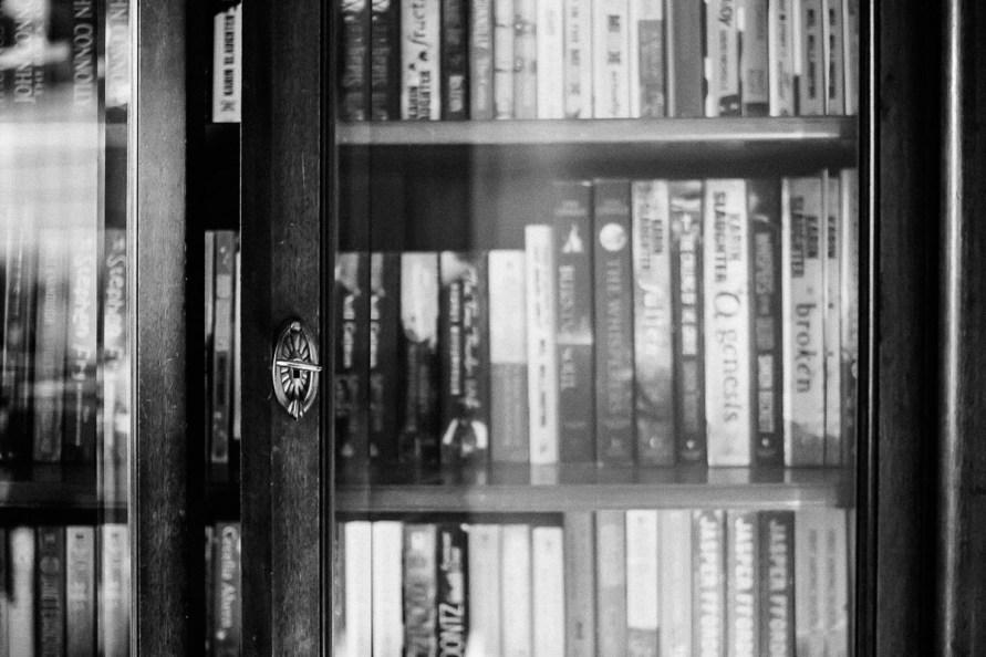 Detailaufnahme eines alten Bücherschranks mit Glastüren
