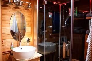 The Treehouse bathroom