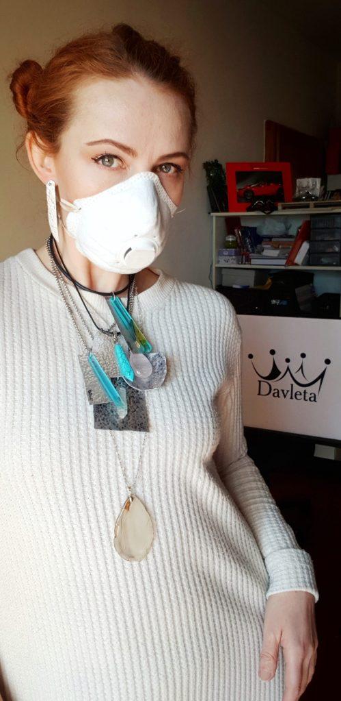 девушка в маске коронавирус короновирус
