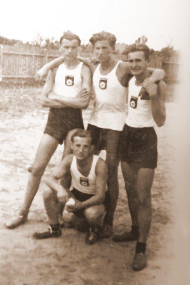 od lewej: Roman Dzierżawski, Ryszard Bąkowski w przyklęku Wacław Wilczak