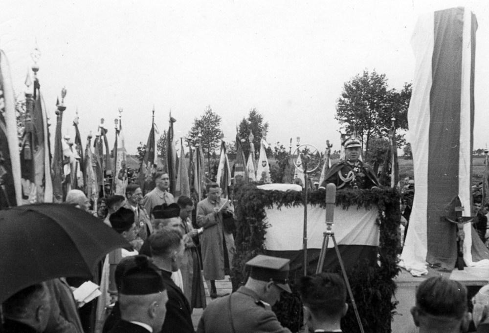 Generał Mieczysław Trojanowski na mównicy - Ossów, 4 czerwca 1939