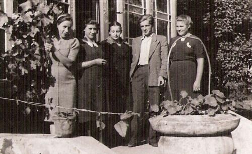 Wnukowie Józefa Leśniewskiego, m.in Jan Rębalski z siostrą Jagodą i jej przyjaciółka Czesł. Babańczyk przed werandą dworu