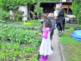 Kinder finden im Garten immer etwas zu spielen, zu naschen oder helfen mit. Die Eltern suchen körperlichen Ausgleich, die Nähe zur Natur und genießen es, unter Freunden zu sein. Foto: Una Giesecke