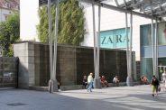 Diese beeindruckende Wasserwandanlage an der Altmarkt-Galerie wurde 2002 eingeweiht und besteht aus Natursteinplatten aus der Schweiz.