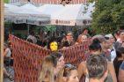 Immer wieder laufen einzelne Künstler durch die Menge, um die Neugierigen in ihre Schaubuden zu locken. Foto: Una Giesecke