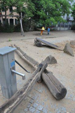 Drehscheibe, Rutsche und Wasserpumpe zum Matschen laden an der Böhmischen Straße die Jüngsten zum Spielen ein. Foto: Una Giesecke