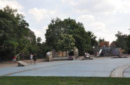 Auf dem großen Spielplatz an der St. Pauli Ruine trifft sich das halbe Hechtviertel. Während die Jüngsten wippen, balancieren und rutschen, treffen Jugendliche sich auf den Bänken in einer geschützten Ecke und sitzen Familien beim Picknick auf der Wiese. Foto: Una Giesecke