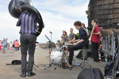 Die Schüler und Absolventen des Landesgymnasiums für Musik brachten mit ihren Grooves so manchen Schlenderer zum Verweilen und begeisterten Füßewippen. Foto: Una Giesecke