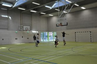 Mit einer Basketball-Performance wird die neue Halle würdig eingeweiht. Foto: Una Giesecke
