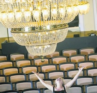 """Anna Katharina Muck spielt als eine von sieben Darstellern in der Dresdner Uraufführung """"Die Zuschauer"""" die von Unzumutbarkeiten Genervte. Foto: David Baltzer"""