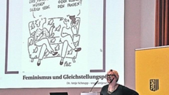 Einen streitbaren Rückblick hielt Politikwissenschaftlerin und Journalistin Dr. Antje Schrupp (Mitte)