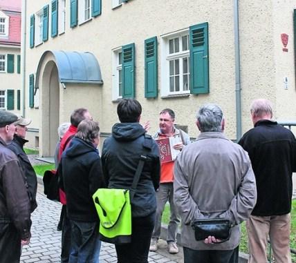 Der Löbtau-Experte zeigt Hans Erlweins Logo an den Beamtenwohnungen an der Bünaustraße. Fotos: Una Giesecke