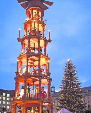 Während sich die Pyramide auf dem Striezelmarkt gemütlich dreht, drehen unaufgeregte Beamte in Zivil und Uniform ihre Streifenrunden um die Dresdner Weihnachtsmärkte. Foto: Sven Ellger