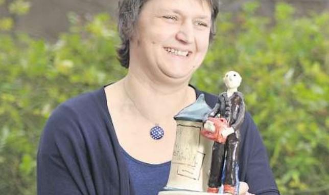 Peggy Schramm von der Treberhilfe Dresden mit dem Jugendhilfepreis Emil Foto: Norbert Millauer