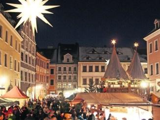 Bis zum 4. Advent leuchten die Hüttendächer in den Görlitzer Stadtfarben Weiß und Rot. Foto: Laura Hummel