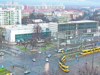 Der Komplex an der Ecke Stübelallee/Güntzstraße gibt dem Straßburger Platz ein neues Aussehen. Foto: Norbert Neumann