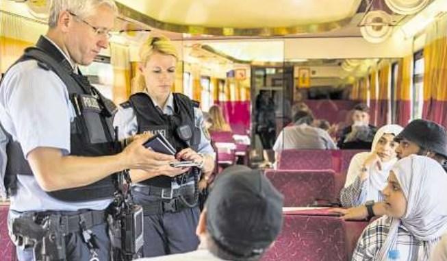 Mehrmals am Tag kontrolliert Bundespolizei die Züge von und nach Tschechien. Dabei greifen sie illegale Einwanderer, aber auch Kriminelle auf. Foto: Tobias Wolf