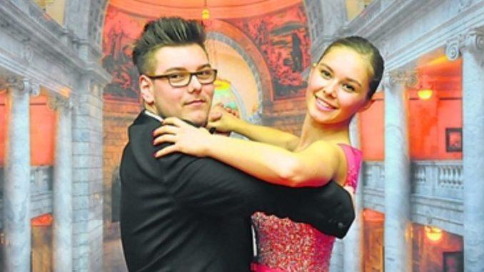 Anna Valeria Koriatchenko (19) aus Leipzig und Niklas Deusing (17) aus Dresden waren 2016 sind das 1000. Debütantenpaar des Semperopernballes. Auch für 2018 werden jetzt Debütanten gesucht. Foto: Una Giesecke