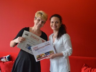 Nadja Preuß bekam den Gutschein für ihren Urlaub von DAWO-Glücksfee Juliane Zönnchen überreicht. Foto: DAWO!