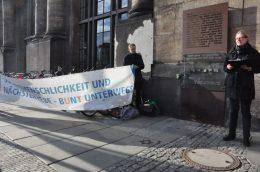 Für Mitmenschlichkeit und Nächstenliebe wirbt am Freitag vor dem 13. Februar am Neustädter Bahnhof in Dresden eine Gedenkveranstaltung am Denkmal für die von den Nationalsozialisten deportierten Juden. Fotos: Una Giesecke