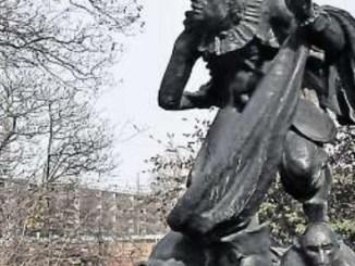 Ein Schelm, wer Böses dabei denkt– das Denkmal des Hofnarren vor der gesperrten Neustädter Fußunterführung könnte wohl auch der Gegenwart den Eulenspiegel (hängt am Gürtel) vorhalten. Foto: U. Giesecke