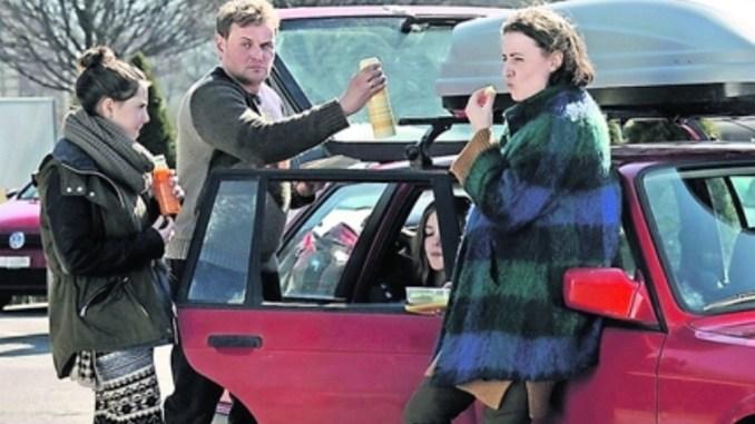 Thomas (Devid Striesow) fährt mit Gattin Martina (Maren Eggert, r.) und Tochter Jenny (Lotte Becker) in den Winterurlaub. Der endet als Katastrophe. Foto: PR