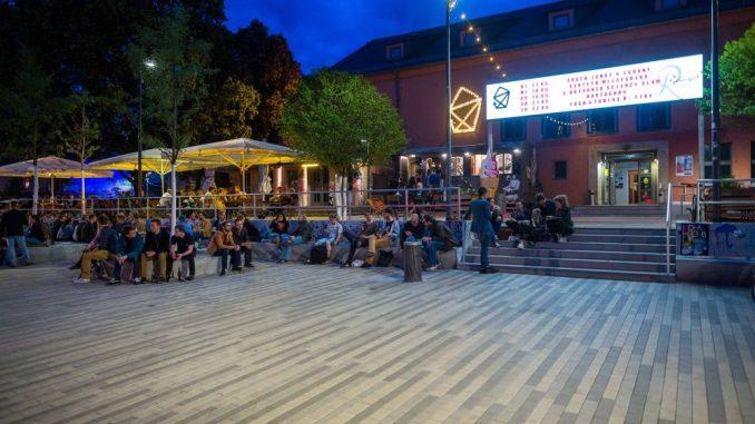 Der Platz an der Scheune ist trotz Kritik an der Sanierung sehr belebt. Foto: Eric Münch