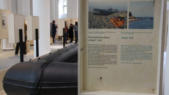 Ein Original Flüchtlingsschlauchboot von der Insel Lesbos ist in der neuen Ausstellung im Verkehrsmuseum zu stehen. Foto: F. Sommer