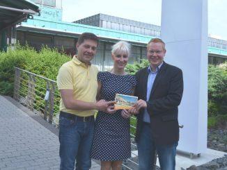 Claudia Lehmann und ihre Begleitung bekamen von DAWO!-Verkaufsleiter Dirk Hänig den Gutschein für das Hotel Elbresidenz in Bad Schandau überreicht. Foto: F. Sommer