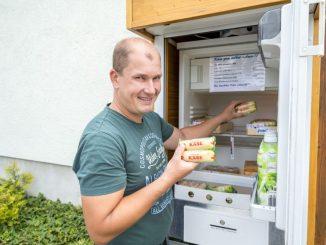 Die Käserei Klinnert in Karsdorf hat vor dem Haus einen Kühlschrank mit Käse und einer Kasse des Vertrauens. Chef Tom Klinnert (40). Foto: Eric Münch