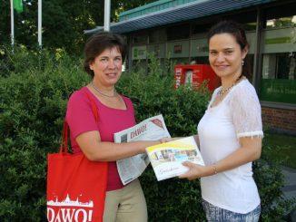 Jana Rothenburger bekam von Juliane Zönnchen von DAWO! den Gutschein für einen Kurzurlaub im Rugard Strandhotel Binz überreicht. Foto: F. Sommer