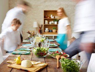 Im Ausland wie in der eigenen Familie leben - dafür werden Gasteltern gesucht. Foto: DJD