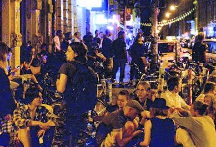 Die Kreuzung Görlitzer/Rothenburger/Louisenstraße ist ein beliebter Treffpunkt am Abend – für viele gerne auch mit Alkohol. Foto: C. Juppe