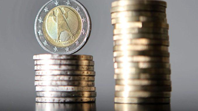 Euro-Münzen sind gestapelt. Foto: Oliver Berg/Archiv