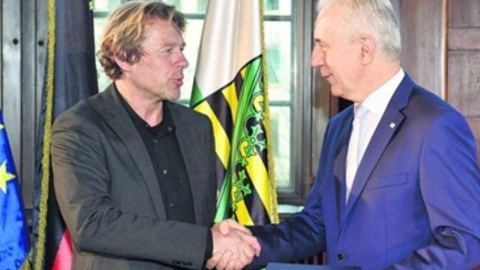 """Stanislav Tillich verleiht das Bundesverdienstkreuz an Sven Seifert von """"arche noVa"""". Foto: Holm Helis"""