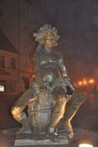 Bacchus als Brunnenfigur  führt den Reigen vieler kleiner Bronzestatuetten des Weingottes im Stadtzentrum von in Zielona Gora (Grünberg) an. Foto: Una Giesecke