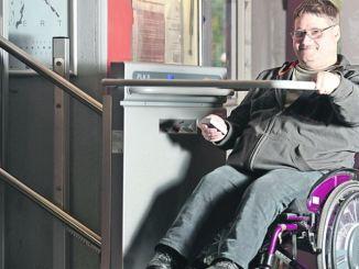 Mario Peters vom Behindertenverband Dresden testet mit seinem Rollstuhl den Treppenlift im Projekttheater. Foto: Norbert Millauer