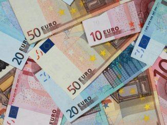 Banknoten von 50, 20 und 10 Euro, liegen auf einem Tisch. Foto: Jens Wolf/Archiv