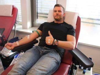 Felix Schultze von Bodystreet bei seiner Blutspende. Foto: F. Sommer
