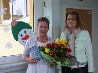 Kerstin Vetter bekam den Blumenstraus des Monats von Corina Nacke von DAWO! übergeben. Foto: Dirk Hänig