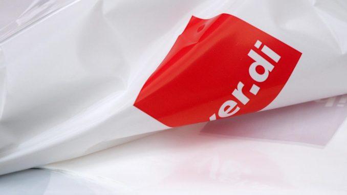 Plastikwesten mit dem Logo der Gewerkschaft «Verdi». Foto: Ralf Hirschberger/Archiv