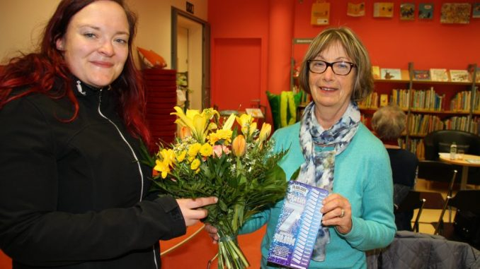 Petra Kühne erhielt den Blumenstrauß des Monats von Franziska Sommer vom DAWO!-Team. Foto: DAWO!