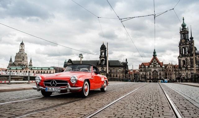 Ein letztes Mal über die Augustusbrücke vor der Traumkulisse: Oldtimer-Fan Thorsten Wappler (54) rollte stilgemäß im Mercedes 190 SL (Baujahr 1957) drüber. Foto: Sebastian Kahl