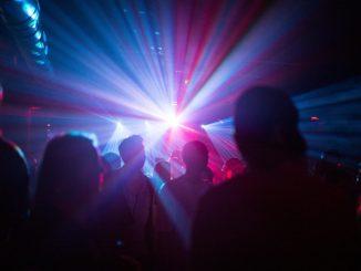 Menschen feiern in einem Club. Foto: Sophia Kembowski/Archiv