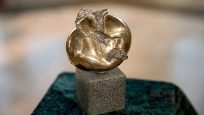Der Erich-Kästner-Preis auf einem Sockel. Foto: Arno Burgi/Archiv