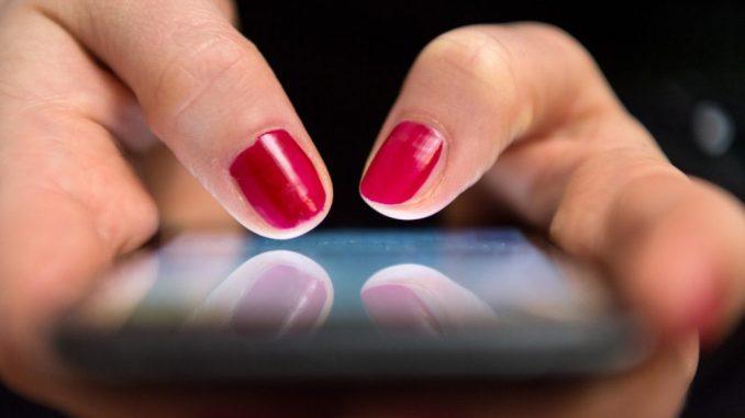 Eine Frau tippt auf einemSmartphone. Foto: Sebastian Gollnow/Archiv