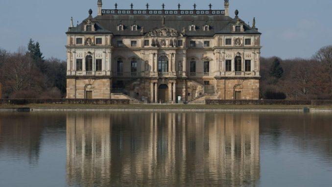 Das Palais im Großen Garten spiegelt sich in Dresden im Palais-Teich. Foto: Sebastian Kahnert/Archiv