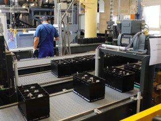 Ein Mitarbeiter arbeitet in der Anlage für kraftstoffsparende Batterien. Foto: Peter Steffen/Archiv